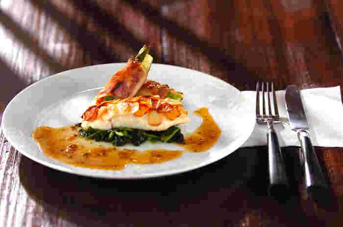 ジャガイモをうろこに見立てた、おしゃれで美味しい「真鯛のポワレ」。白身魚にほんのひと手間加えることで、お家でも本格的なフレンチが味わえますよ。記念日やおもてなしなど、特別なディナーを楽しみたい日におすすめの一品です。
