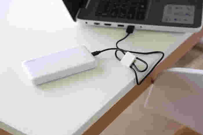 USBケーブルをパソコンにつなぐ際には、こちらの写真のようにクリップをつけたまま使用できます。コンパクトにまとめておくと作業の邪魔にならず、デスクを広々と使えて便利ですね。しまう時にも引き出しの中でケーブルが絡まる心配もなく、すっきりと綺麗に収納できますよ。