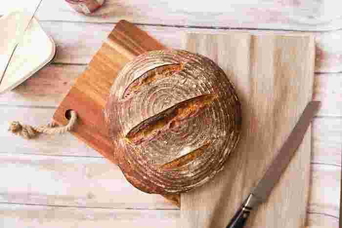 ライ麦粉、小麦粉がそれぞれ50%の割合で使われているパン。 ライ麦らしいコクと、小麦ならではの優しさと、2つの穀物のちょうどいいところ取りをしているミッシュブロート。ライ麦パン初心者なら、このくらいの配合からトライすると食べやすいかも。