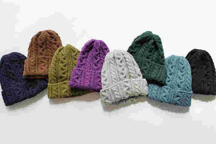 100年以上の長い歴史を誇るニットメーカー「HIGHLAND2000(ハイランド2000)」のワッチキャップ。アルパカ混のふんわり柔らかな肌ざわりが心地よく、寒い季節に手離せないアイテムに。ひとつひとつ手編み機で丁寧に編まれています。