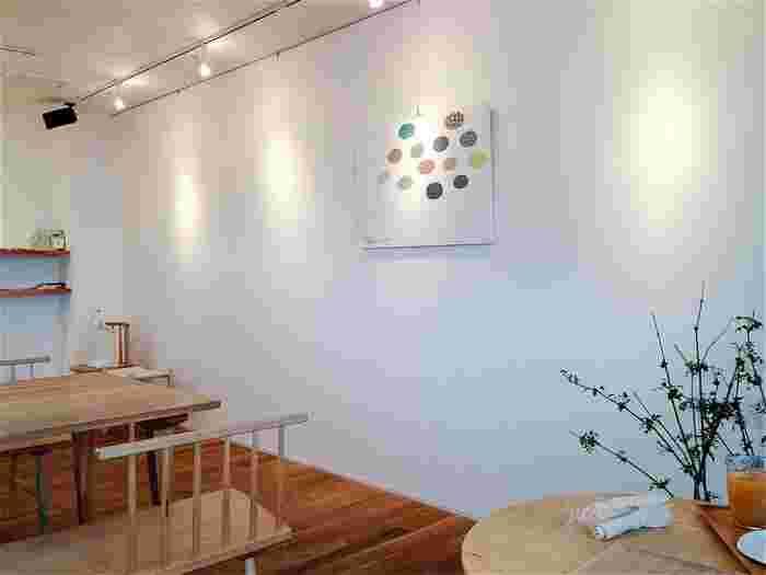 「テトラリーミュー」は、嵯峨野で人気のテキスタイルショップ。 北欧風の店内には、オリジナルデザインの様々なテキスタイル商品が並ぶ他、居心地の良いカフェが併設されています。