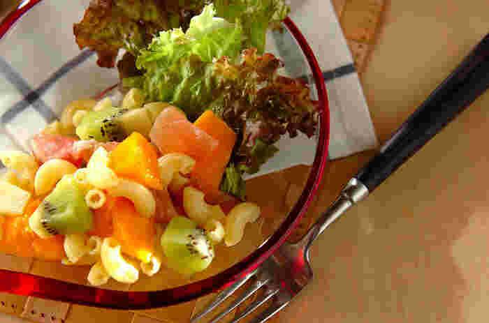 フルーツサラダはマンゴーとキウイを使ってトロピカルに♪甘酢とレモン汁のドレッシングでさっぱりいただきます。甘いサラダのアクセントに、塩気のある生ハムがばっちり合いますよ。