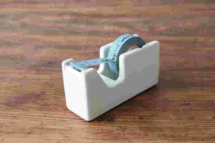 インテリアの一部としてリビングに置いておきたい場合におすすめのアイテムがこちら、倉敷意匠オリジナルの白磁のミニテープカッター。