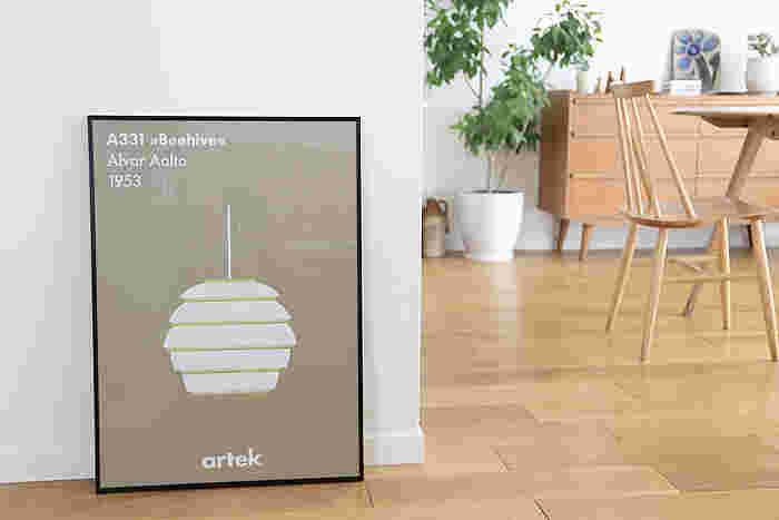 フィンランドの建築家、アアルトがデザインしたビーハイブ(蜂の巣)というペンダントランプのかたちを表したポスターです。完成度の高いデザインが一枚のポスターに収められると、それだけで場の空気がきりりと引き締まります。