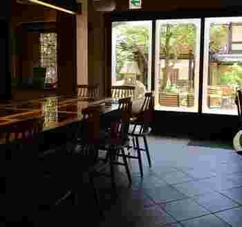 産寧坂店は、築90年の町屋をリノベーションしたお店で、庭園を眺めることもできます。