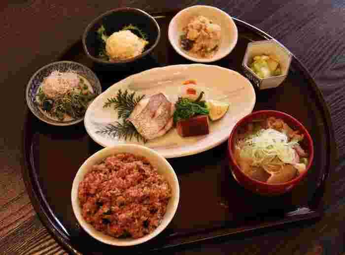 彩り豊かで栄養のバランスが豊富な定食メニュー。ごはんはもちろん、酵素玄米でいただきます。季節のおばんざいとの相性もばっちりな味わい。この酵素玄米を目当てに、多くの人が訪れているそうです。
