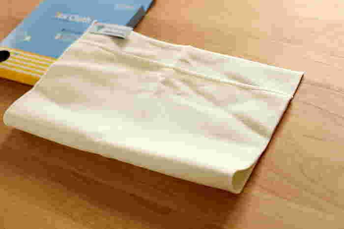 乾拭き・水拭きの2WAYで使用できて、洗剤を使わずに汚れを落とせる話題の「MQクロス」。洗面台のお掃除から車磨きまで幅広い用途に使用できるので、大掃除の時に1枚あると重宝しますよ。洗面所やキッチンはもちろんのこと、リビングの窓拭きや、インテリアとして飾っているガラス製品のお掃除にも活躍してくれます。