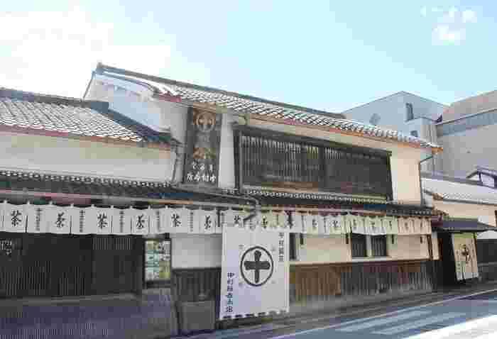 安政元年(1854年)創業の宇治茶の老舗。その建物は重要文化的景観として選定されています。いつも行列ができる人気店です。