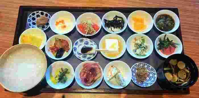 築地本願寺にあるカフェ「Tsumugi」は美しい朝食で有名なカフェです。一番人気は、18品の朝ごはん。16品ものおかずにお粥とお味噌汁がついています。阿弥陀如来四十八願の根本の願い「第18願」が「本願」であることから、18という数字を使った朝ごはんにされているそうです。