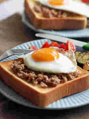 常備菜にもなる、ひき肉とザーサイのそぼろをオープンサンドに。朝食に、新鮮な味はいかが?目玉焼きやサラダなどとともに、おしゃれなモーニングプレートにしてみましょう。
