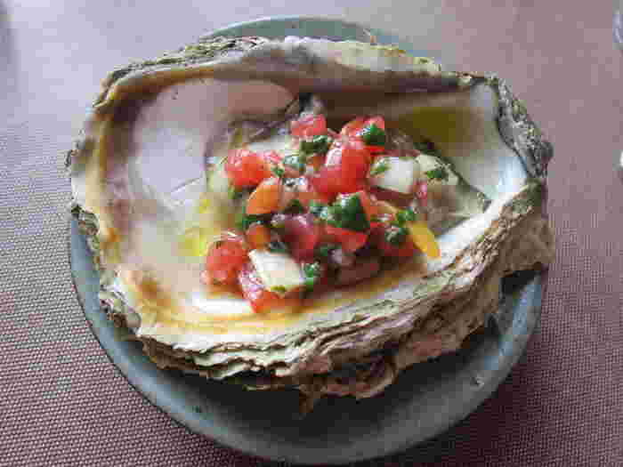 庄内地方の水産物と農産物を使った「岩ガキとモロヘイヤのソース」。  真夏に旬を迎える、庄内の天然岩牡蠣は、全国的に知られた食材。鳥海山の冷たい伏流水が育てたこの岩牡蠣は、甘味と磯の香りがいっぱい。重量感もあり実に美味なる牡蠣です。