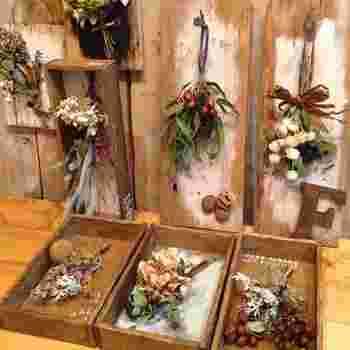 ペイントした木板にフェイク植物で作ったスワッグを掛けたインテリア雑貨。立て掛けたり置いて楽しめるので、賃貸の方も安心。どんなデザインを使うかで印象が変わるのもDIYの楽しいところ。小さめに作ると玄関や洗面所など、狭いスペースにも飾れそうですね。