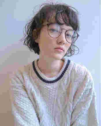 透け感と柔らかさを感じさせるシースルーバングは、クールな印象を和らげたい逆三角顔さんにもおすすめですよ。無造作なカールと前髪のニュアンスが絶妙な外国人風ヘアですね。