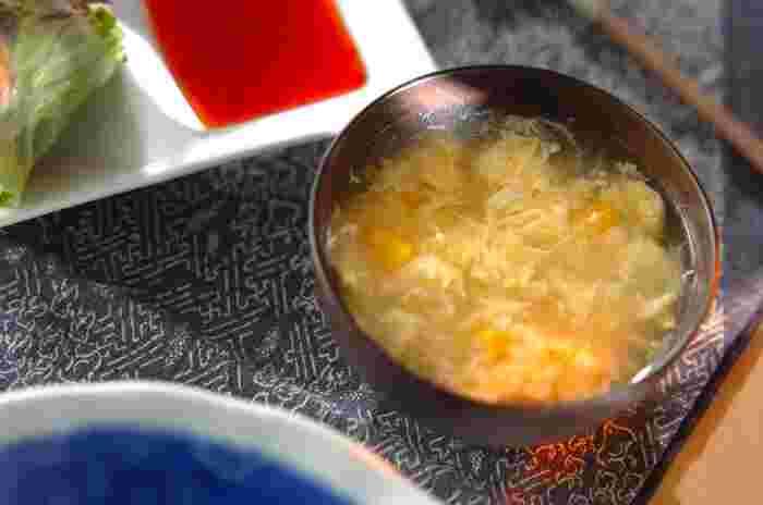 卵を利用したスープは、不動の人気を誇る定番スープの一つです。コンソメや中華など味付けも多彩で、種類もさまざま。どんな主食とも相性がいいため、覚えておくと忙しい朝やもう一品欲しいときにも便利です。今日はそんな卵スープのレシピについて幅広くまとめました。