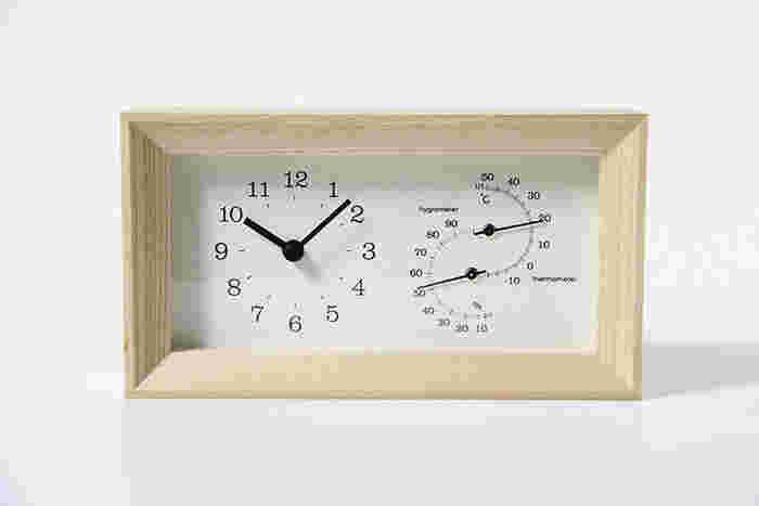 こちらは温度計や湿度計も付いた置き時計です。シンプルだけど情報量は抜群!冬場のお部屋は乾燥しがちなので、いつでも目に入る時計に温湿計が付いていると、加湿するタイミングがこまめにチェックできて便利。ベッド脇やリビングに置いておくと良いですね♪