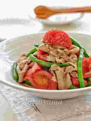 いんげんを使ったサラダはこちらもおすすめ!豚しゃぶとトマトを合わせ、栄養もボリュームも満点♪ドレッシングには、オリーブオイル、醤油、砂糖、酢、顆粒コンソメを使います。食欲のない時にも元気が出るレシピです♪