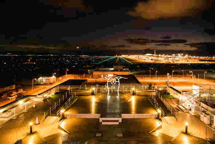 関西国際空港にはターミナルビルの他に関空展望ホールがあります。こちらのスカイデッキ(展望デッキ)からは、頭上をかすめるように飛行機の離着陸を眺めることができますよ。