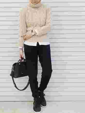 タートルネックニットはアイボリーを着て明るい雰囲気に。首元からはシャツを見せず、袖と裾からでる白シャツが綺麗スタイルを演出しています。下半身を黒で固めてバランスを取っているのもポイントです。