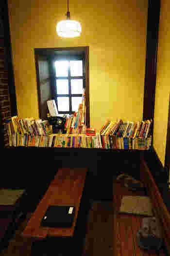 昭和の雰囲気が漂うレトロな店内に無造作に積み上げられた本達。 いたるところに本があり、本好きな人のお部屋にお邪魔したときのような、居心地の良さを感じます。
