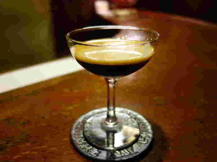 シャンパングラスにコーヒーを注ぎ、ミルクを浮かべた『ブラン・エ・ノワール』(琥珀の女王)。「ランブルに行ったら、ぜひ」と、多くのひとが楽しみにしている甘く濃厚な逸品です。