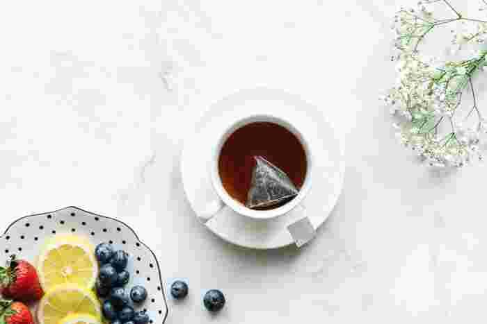 普段何気なく飲んでいる紅茶。紅茶には、産地が限定されている紅茶と、数種類の茶葉がブレンドされたブレンドティー、香りづけされたフレーバーティーがあります。お米でいう、ササニシキとコシヒカリ、ブレンド米と炊き込みご飯のようなものです。茶葉にも旬があり、摘みとる時期によって香りや味も変わってきます。 そこで、茶葉の特徴と美味しいいれ方を紹介します。