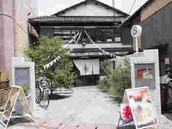2005年までは銭湯だったSAGANOYU。カフェに生まれ変わりました。  最寄駅:京福電気鉄道 嵐山本線 嵐山駅徒歩1分 JR山陰本線嵯峨嵐山駅より徒歩3分  嵐電嵯峨駅から63m