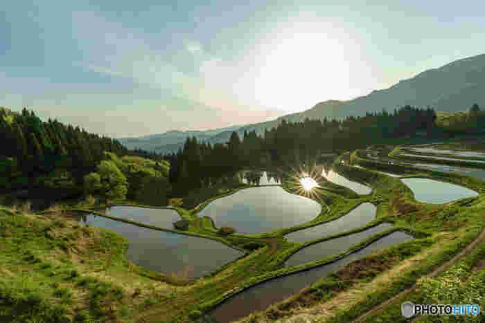うへ山の棚田は、「日本で最も美しい村」の一つでもある兵庫県香美町小代区を代表する景勝地の一つです。棚田としての規模は小さいながらも、美しいカーブを描いた畔が折り重なる様は、日本の原風景そのものです。