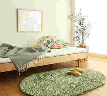 観葉植物は、視覚からのリラックス効果はもちろん、風水的にも「良い気」を運ぶとされ、寝室のインテリアにおすすめ。