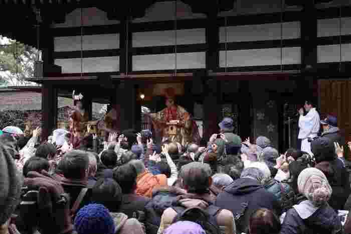 そしてこちらで見られる狂言は江戸時代から続くと言われている狂言の名門「茂山千五郎社中」によるもの。行事のすべては神楽殿で行われるそうで、前に挙げた神社とは違い2月3日の節分当日にしか行事がないので毎年混雑が予想されます。近くで楽しむためにも早めに行って場所を確保するのがいいですね。