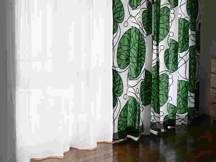 お部屋の雰囲気をがらりと変えるならカーテンがおすすめ。Anna Danielsson(アンナ・ダニエルソン)が発表したBOTTNAは、蓮の葉をモチーフにしたデザイン。生命力あふれる大きな葉っぱが印象的で、新緑の季節にぴったりの爽やかさが感じられます。