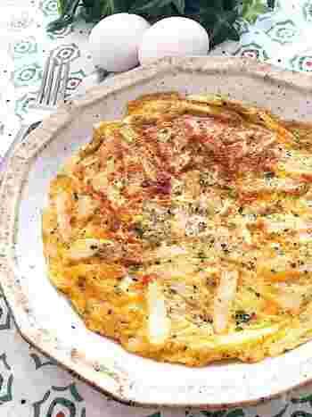 ■白だし+和風だし×ピザ用チーズ  さくさくの食感が楽しい長いもの和風オムレツです。白だしにゆかりで和のテイストが強いにもかかわらず、ピザ用チーズでまろやかなまとまりが生まれます。  チーズを入れているので、しっかりと固まり、ひっくり返すのもラクチンです。