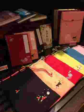 昨今人気の「御朱印帳」や、そのケースも揃います。もしまだ持ってなかったら、自分用にもぜひ♪お寺巡りが、より楽しくなること間違いなしですね。