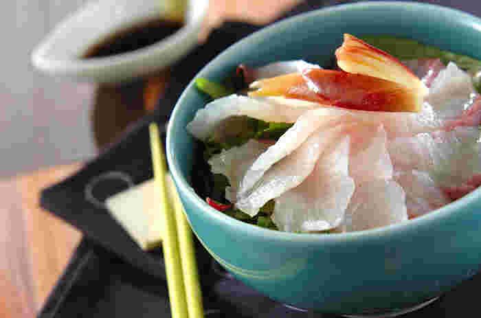 寿司飯の上に白身魚とベビーリーフ、寿司酢に漬けたミョウガをのせるだけで、あっという間に完成する「お刺身サラダ丼」。ボリューム満点で美味しいのに、野菜がたっぷり摂れてとってもヘルシー。短時間で手早く作れるので、普段の食卓はもちろんのこと、急な来客やお夜食にもおすすめです。
