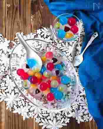 氷をまあるく固められる型さえあれば、香港発祥のスイーツ「九龍球」だって簡単に作れちゃいます。いろんな色のジュースやフルーツをちりばめて大人可愛いデザートタイムを過ごしましょう。