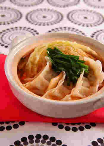 お肉がなくても大丈夫!キムチベースのお鍋に餃子をプラス。食べ応えもあって体も温まり一石二鳥の美味しさです。手軽につくれるのも嬉しいですね。