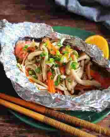 きのこなどとともにホイル焼きにした生鮭は、さっぱりとしてヘルシー。フライパンで簡単にできる料理ですが、とてもごちそう感がありますね。封を開けたときの香りもたまりません。