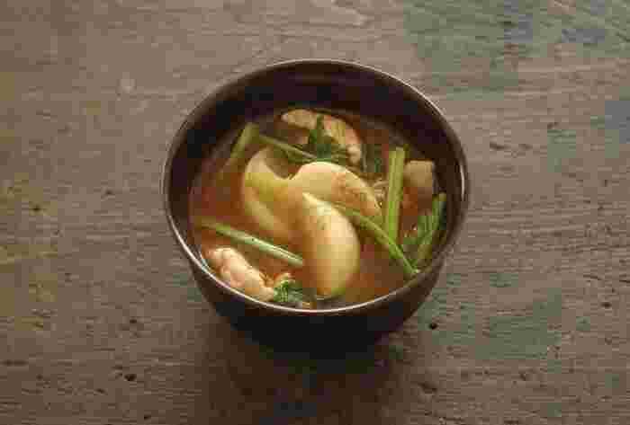 かぶだけでなく、かぶの「葉っぱ」も一緒に使うことでボリュームUP!見栄えが良くなるだけでなく、節約にもなってくれます。豚肉を入れれば、お腹も大満足のお味噌汁の完成です。