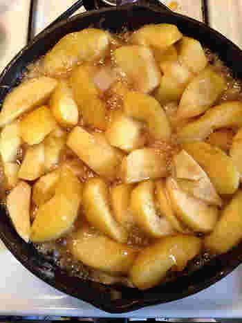 りんごに火が通って透きとおり、カラメルにとろみと照りが出てきたら火を止めて、クッキングシートを敷いた型に移し180℃に熱したオーブンで45分~1時間程度焼きます。(焼き上がりの目安は、りんごの周囲が透きとおりつやのある状態になったら)  焼いたあとはオーブンから出して一度粗熱を取ります。