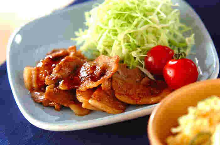 続いては主菜。お肉やお魚、卵、大豆製品など、タンパク質を多く含む食品です。身体を作る材料になる食品なので、過不足があると全身に影響を与えます。特に、日ごろからお仕事やトレーニングなどで身体を動かしている方は、疲労回復のためにもしっかりタンパク質を摂ることが重要です。