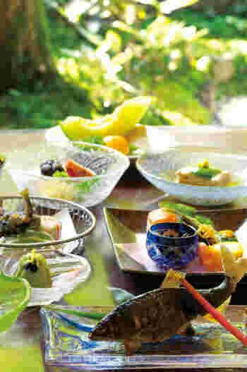 夏らしい器での、涼しげなしつらえも素敵ですね。メニューには鍋コースもあり、「すきやき」や「しゃぶしゃぶ」も味わえます。