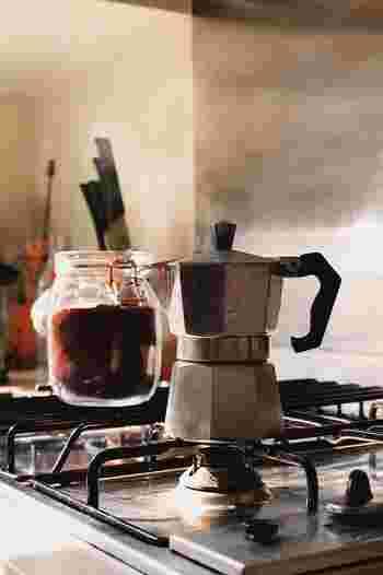 「小型のコーヒー沸かし器」を意味するマキネッタは、本場イタリアで広く使われている直火式エスプレッソメーカーです。日本では家庭用でも蒸気圧の高い電気式エスプレッソメーカーが主流ですが、マキネッタはとてもシンプルな構造ながら、その抽出力は電気式にも負けていません。小さいので置き場所を取らず、お手入れも簡単。飲みたい時はコーヒー豆と水をセットして火にかけるだけという手軽さも魅力です。
