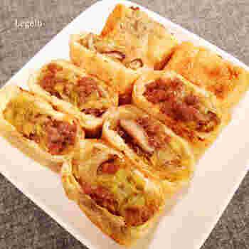 春巻きをイメージした食材を油揚げに詰め込んで、オーブントースターで焼き上げるレシピ。豚ひき肉50gに対して、キャベツ120gを摂取できるのも嬉しいポイントです。パクパクと食べやすいため、お弁当のおかずとしても◎ ビールだけでなく、ご飯との相性もピッタリです。
