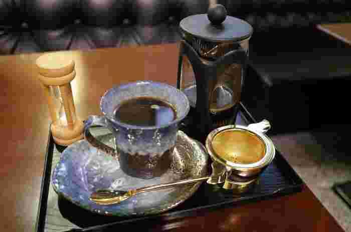 趣あるコーヒーカップで提供されるプレミアムコーヒーは、さくさく和三盆シューとの相性抜群です。