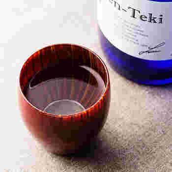 伝統工芸「木曽漆器」を擁するほど、長野県の木曽は漆工芸の盛んな地域です。その木曽で1945年から家具の漆塗りを行ってきた「丸嘉小坂漆器店」が手がけたこちらのガラス製品に漆塗りを施した美しい酒器「蕾 盃(つぼみ さかずき)」。