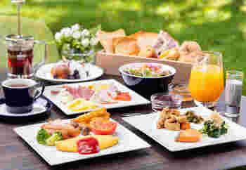 朝食ビュッフェも充実。ビタミンたっぷりのスムージーや、地元食材である野沢菜を使ったオムレツやお味噌汁が楽しめます。何種類もあるパンは、小さめサイズで色々な味をちょっとずつ食べられるのが嬉しいポイント。