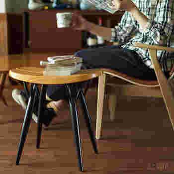 座りやすいように座面がすこしカーブしたタイプのスツール。横に広めのスツールなので、自分が座って、脇に本や漫画を置いておくこともできそうです。広がった脚のラインもとても美しいですね。