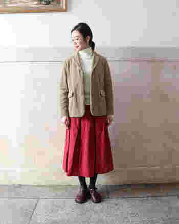 コーデュロイジャケットはメンズライクな印象ですが、赤のふんわりしたスカートを合わせることで、女性らしい雰囲気にチェンジ。黒やネイビーのスカートをあわせるより、華やかな印象になりますね。