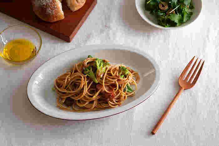 木のカトラリーが食卓に加わると、不思議と優しさと親しみやすさが生まれます。パスタも食べやすいフォークで、木製品ならではの安心感や温もりが素敵です。