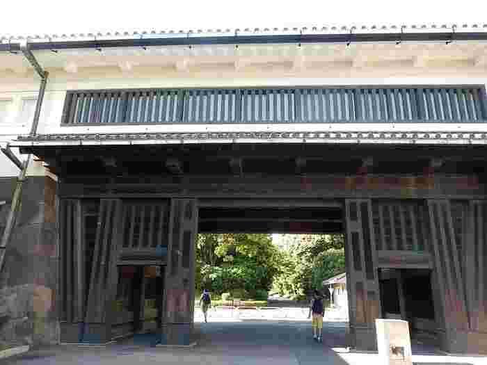 「皇居東御苑」は、初めに紹介したように、「旧江戸城」の本丸、二の丸、三の丸の一部を整備した庭園です。  出入りは、旧江戸城の門を通り抜けることになりますが、「皇居東御苑」の出入り門は、基本的に「大手門」、「平川門」、「北桔橋門(きたはねばしもん)」の3箇所です。【「大手門」」の渡櫓門(わたりやぐらもん)】