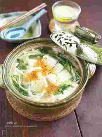 こちらはちょっと変化球!?白だしあんの湯豆腐。身体の芯からあたたまる、寒い季節にぴったりの一品です。